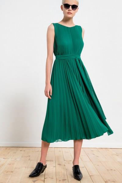 Plisowana sukienka z szarfą w zielonym kolorze