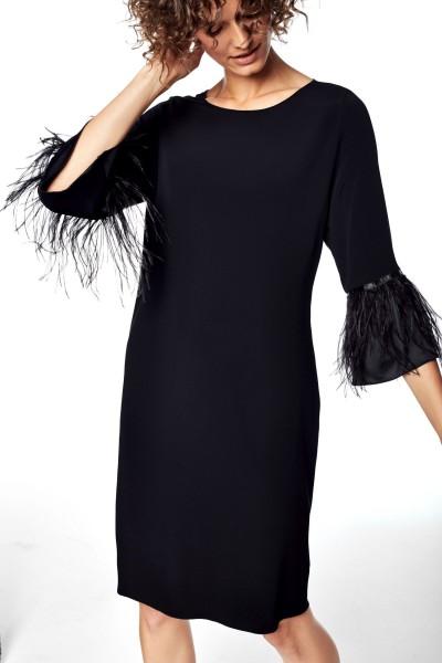 Sukienka z wykończeniem rękawów strusimi piórami