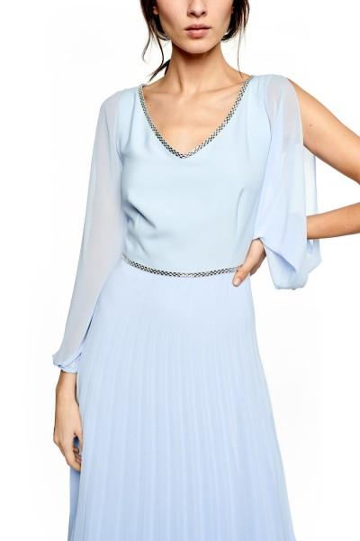 Błękitna sukienka z plisowanym dołem