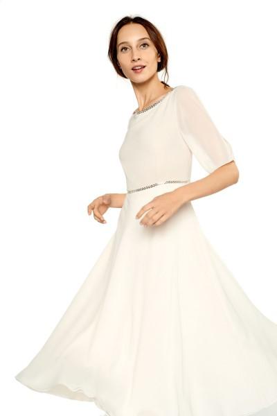Zwiewna sukienka z biżuteryjnym wykończeniem