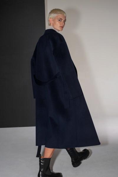 Wełniany ręcznie szyty płaszcz z paskiem w kolorze granatowym