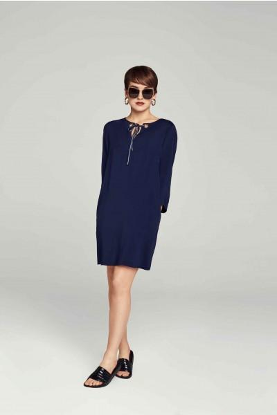 Luźna sukienka z ozdobnym wiązaniem