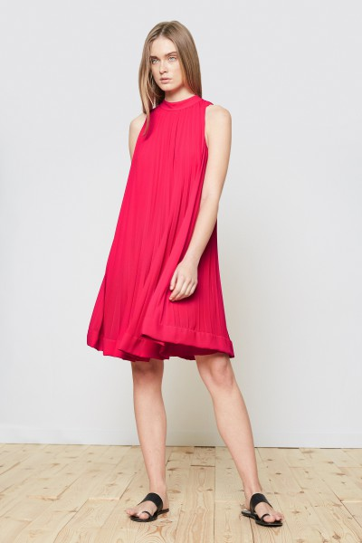 Różowa plisowana sukienka w mocnym różu