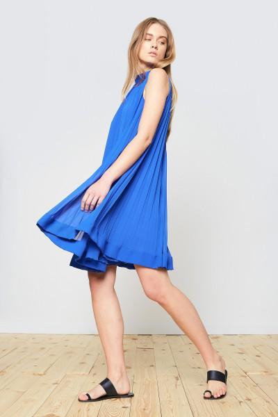 Plisowana sukienka w szafirowym kolorze
