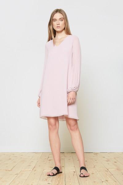 Jasnoróżowa sukienka z plisowanym rękawem