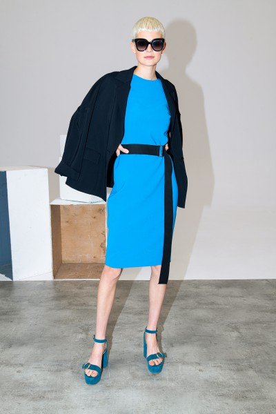 Klasyczna sukienka w niebieskim kolorze z paskiem
