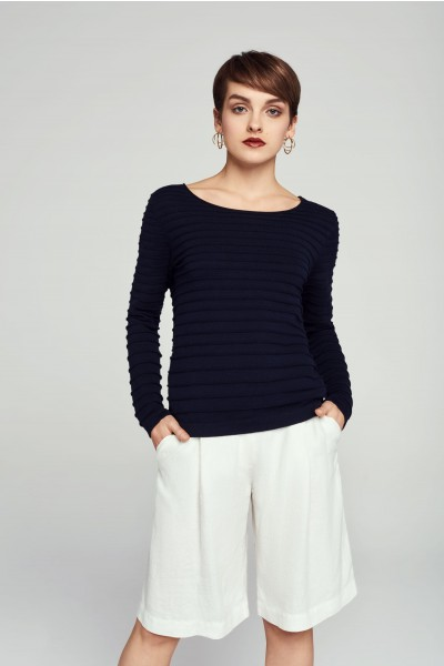Sweter z oryginalnym wiązaniem z tyłu