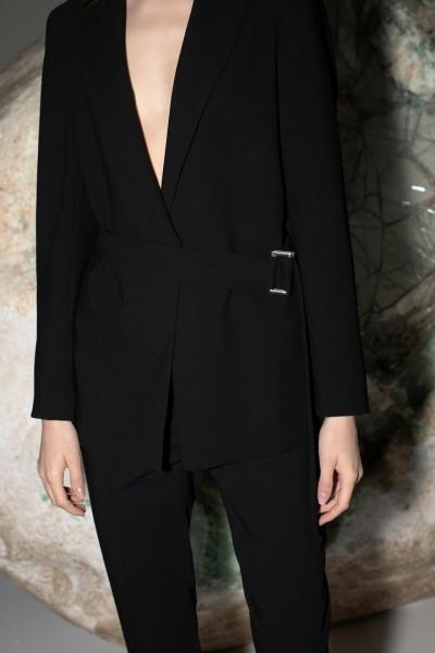 Czarny żakiet z paskiem o prostym kroju